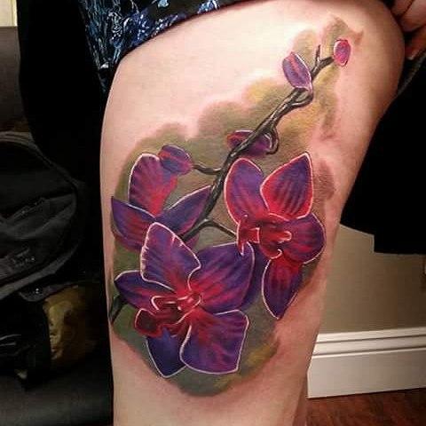 Татуировка орхидеи на фоне зеленой растительности