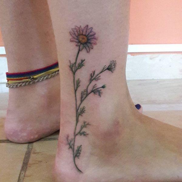 Татуировка ромашки на ноге