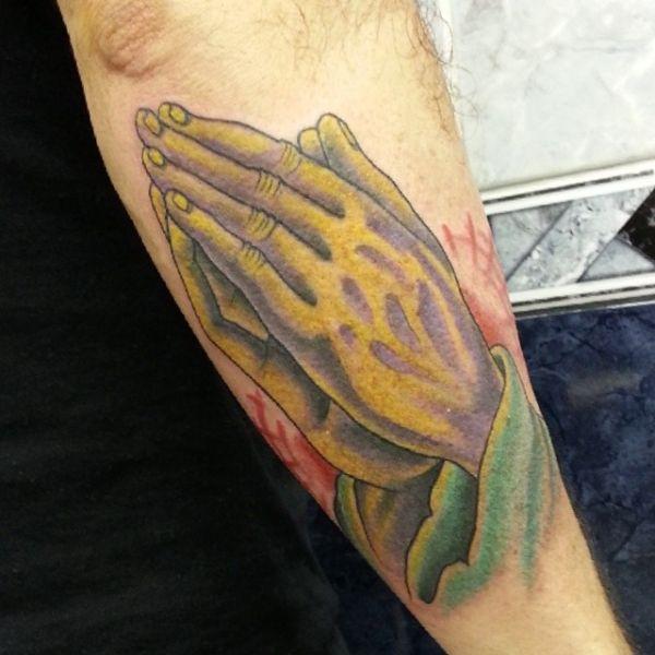 Тату руки молящегося на предплечье