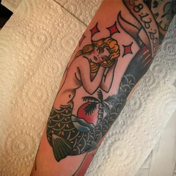 Татуировка русалки в стиле олд скул