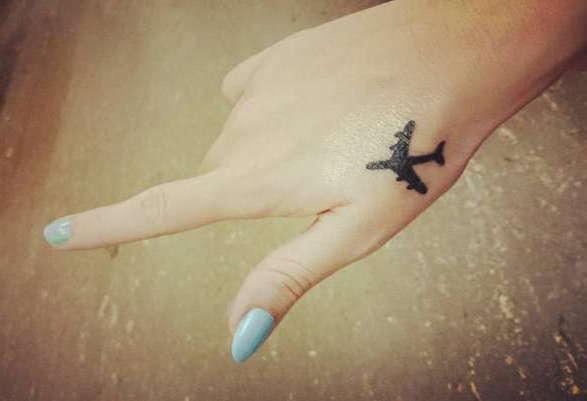 Маленький самолет на руке девушки в чб варианте