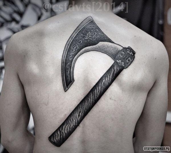 Секира в кельтском стиле на спине