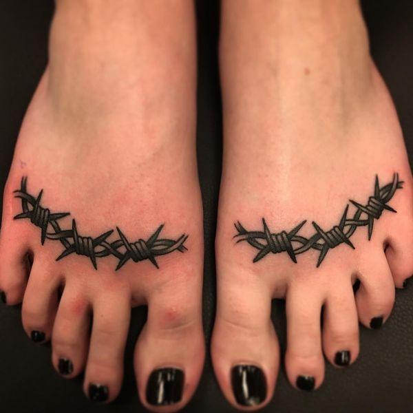 Шипы на ногах в виде тату