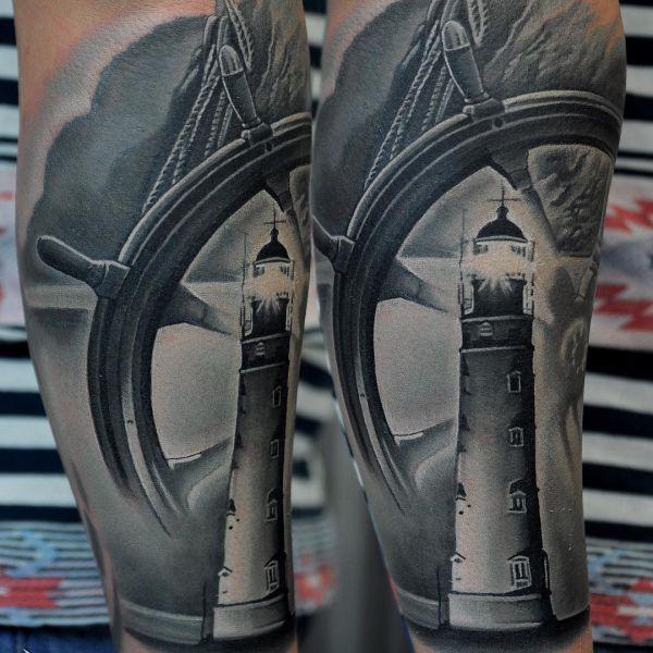 Татуировка штурвала с маяком в чб варианте