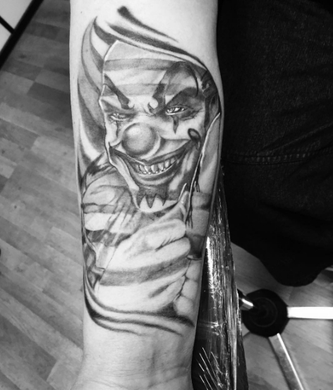 Татуировка шута на руке в черно-белом варианте