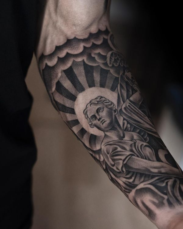 Татуировка скульптура-статуя на предплечье