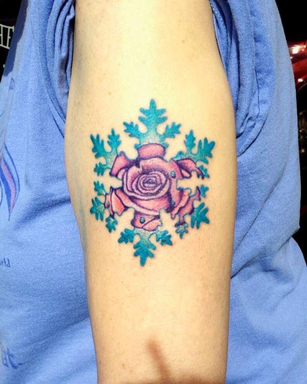 Татуировка цветной снежинки с розой внутри