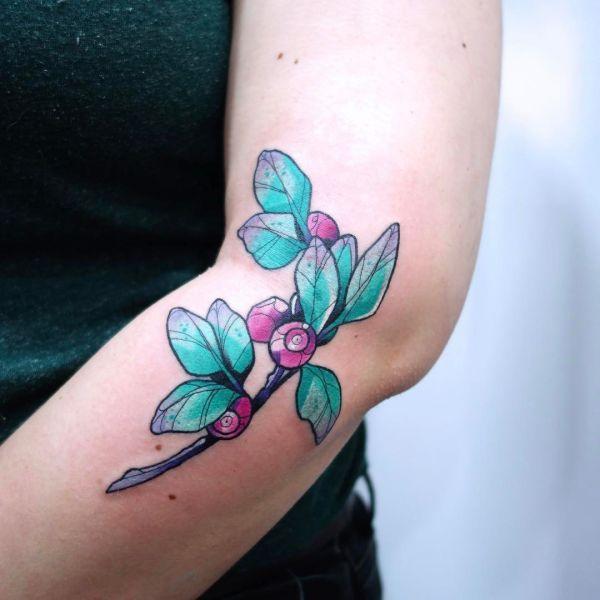 Ягоды брусника на руке девушки в виде татуировки
