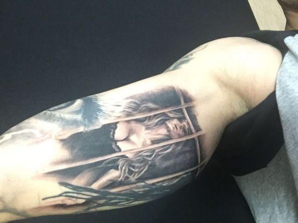 Татуировка на бицепсе у парня в честь Алены Водонаевой