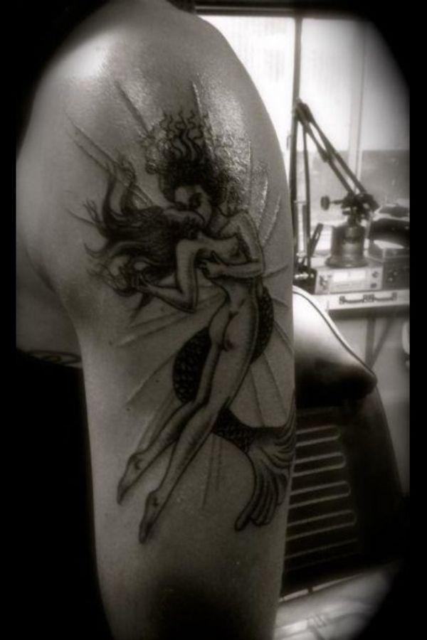 Татуировка Билла Каулитца на плече