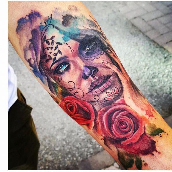 Чикано-девушка с розами в стиле акварель на предплечье