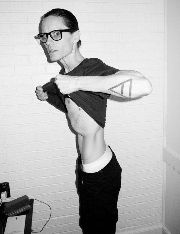 Татуировки на руках у Джареда Лето в виде треугольника