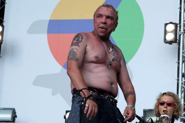 Гарик Сукачев с татуировками на сцене