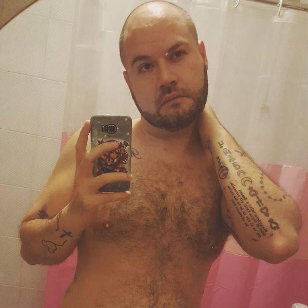 Гей с татуировками на руке