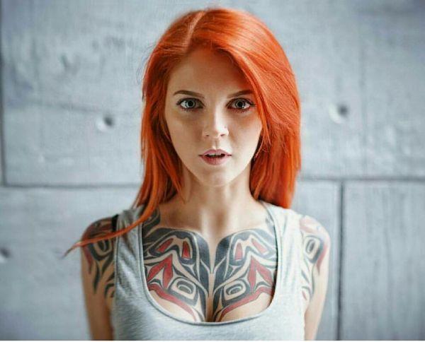 Девушка с татуировкой хайда на груди