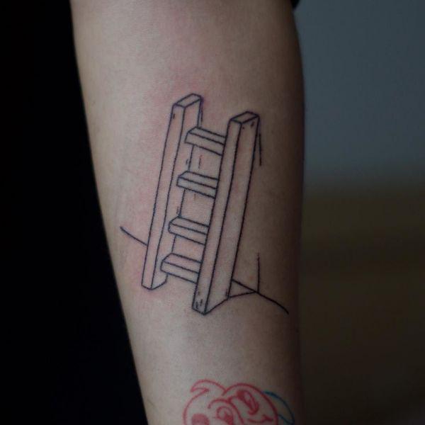 Татуировка в стиле хендпоук в виде лестницы
