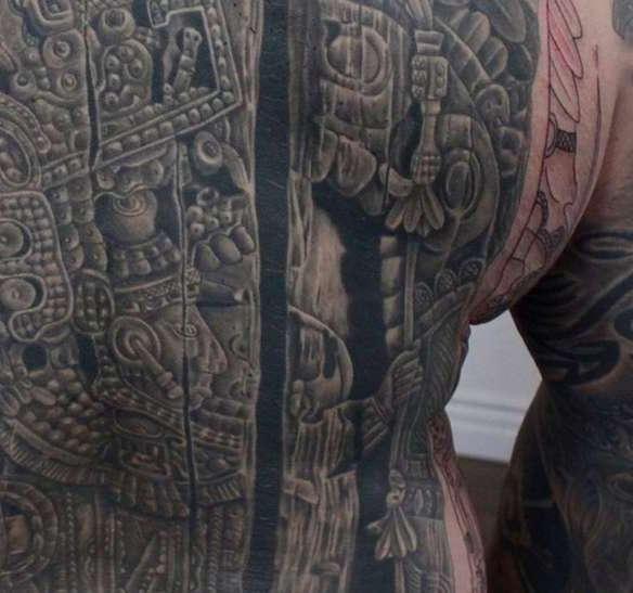 Часть спины с татуировкой майя