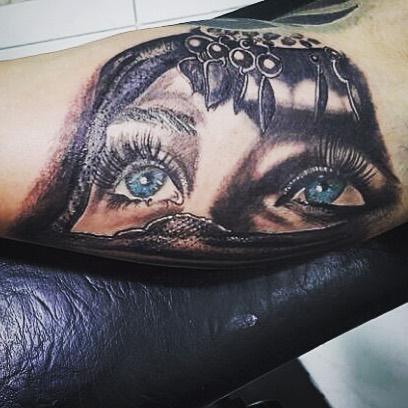 Глаза девушки на бицепсе