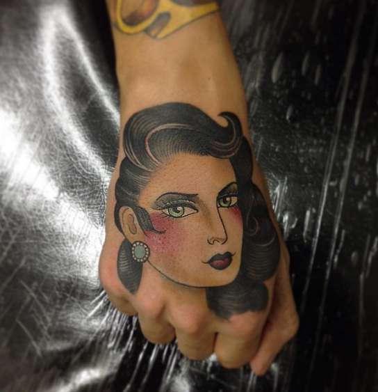Татуировка падшая женщина олд скул на руке
