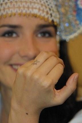 Татуировка звезда на пальце Натальи Орейро
