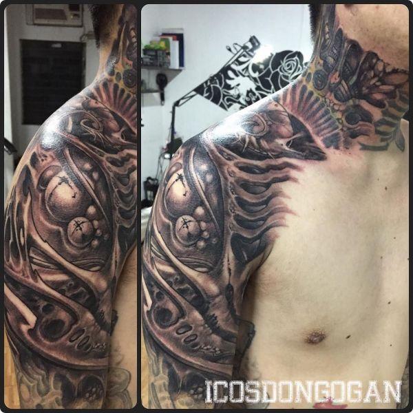 Органическая татуировка на плече и шее парня