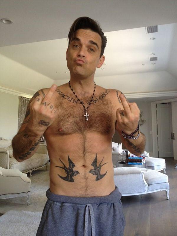 Робби Уильямс с татуировками на теле: вид 2