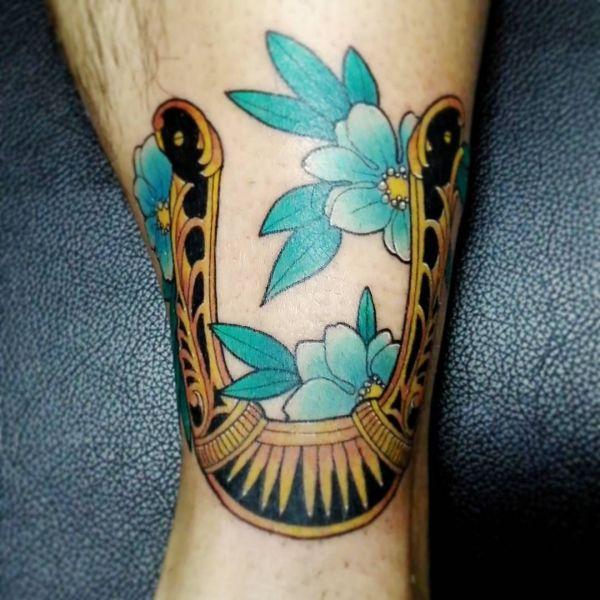 Татуировка, приносящая удачу: подкова и цветы
