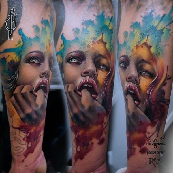 Жуткая татуировка девушки