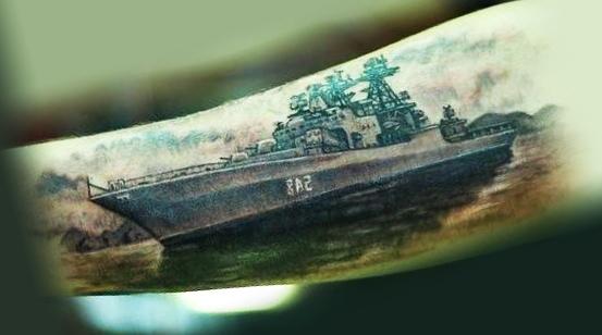 Татуировка ВМФ в виде военного корабля, сделанная на руке