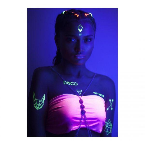 Ультрафиолетовые татуировки у девушки