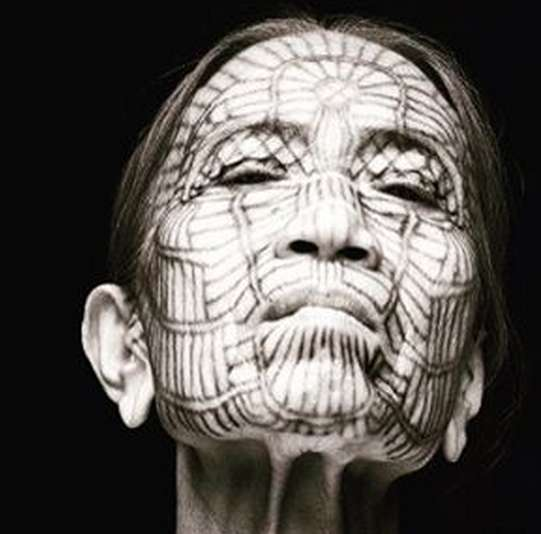 Этническая татуировка на лице женщины