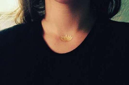 Золотая татуировка на груди