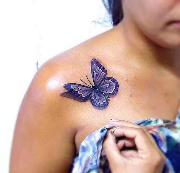 Фиолетовая бабочка на плече у девушки в стиле 3D
