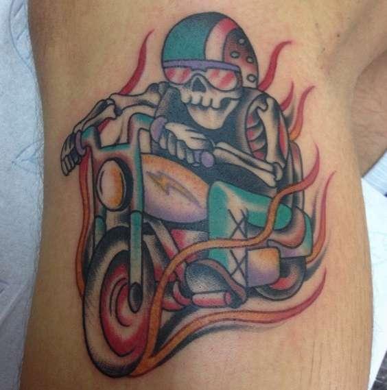 Байкерская татуировка в виде скелета на мотоцикле