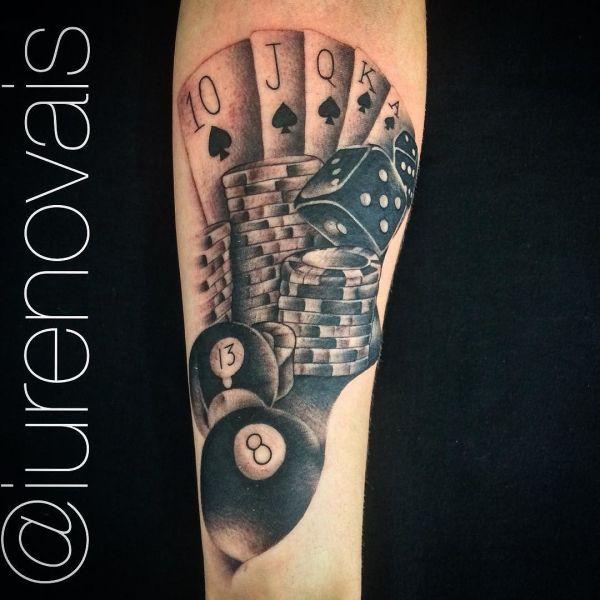 Черно-белая азартная татуировка