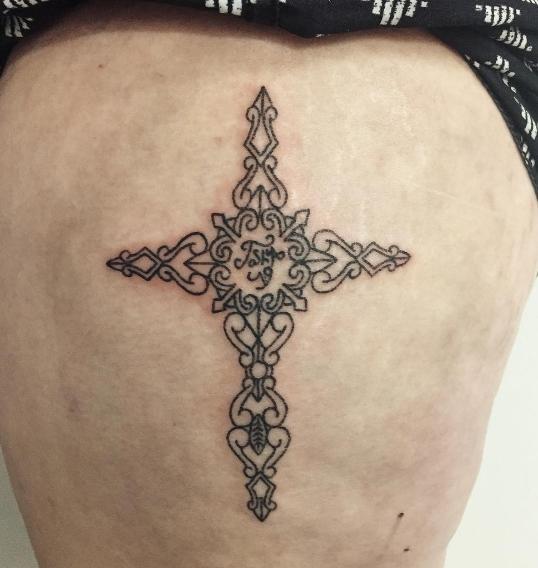 Христианская татуировка в виде узорного креста