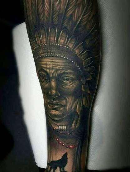 Лицо индейца в татуировке