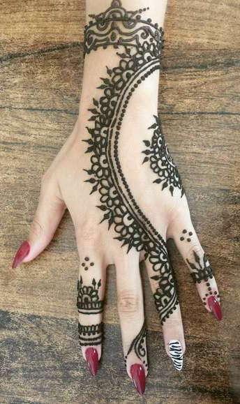 Индийский узор временной татуировки на руке