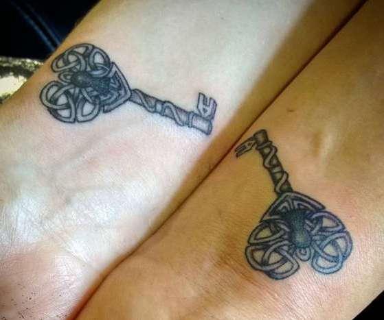 Парная татуировка в виде ключей из кельтских плетений