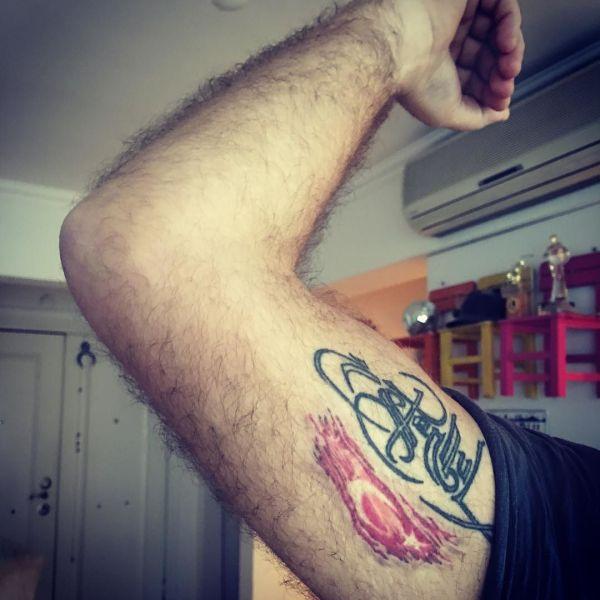 Медицинская татуировка на бицепсе у парня