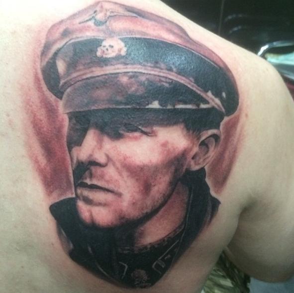 Портрет человека: нацистская татуировка