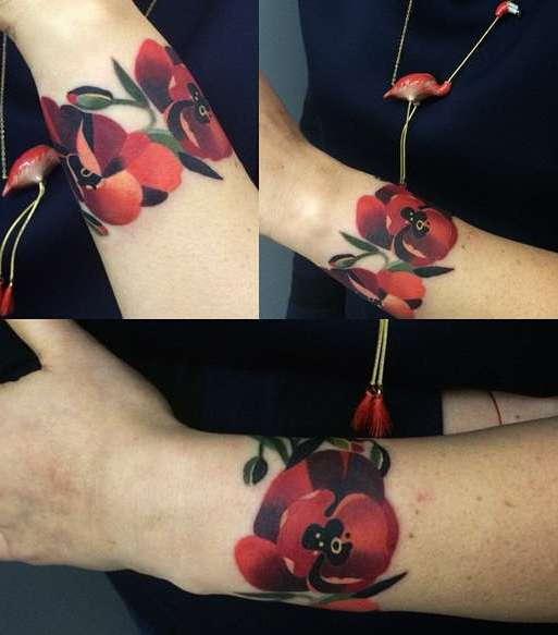 Браслет в виде красного цветочка