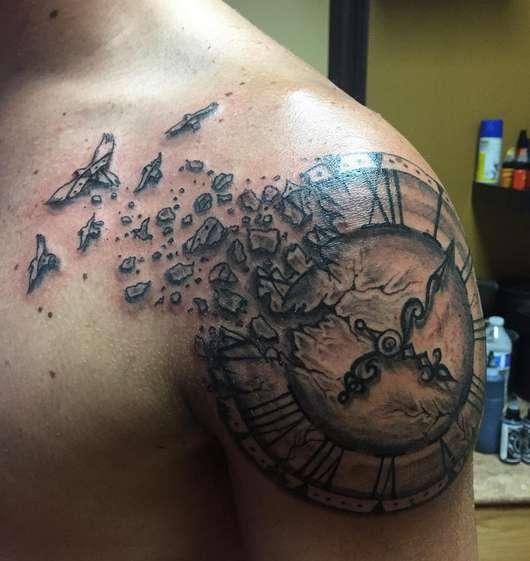 Разбивающиеся часы на плече мужчины