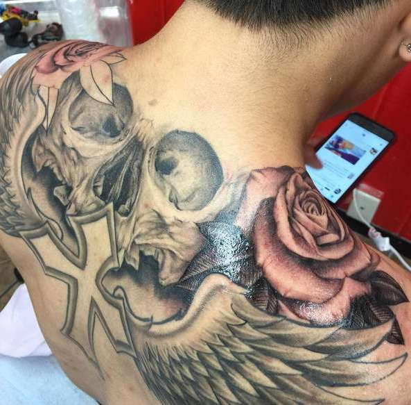 Череп, крылья, крест, розы на спине