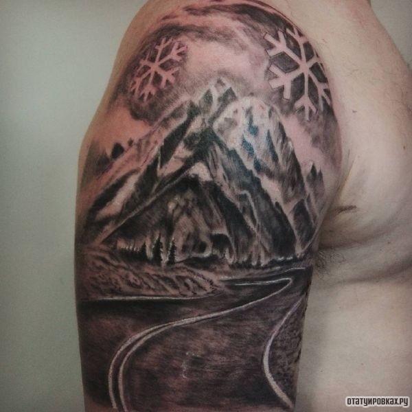 Дорога с горами и снежинками на плече парня