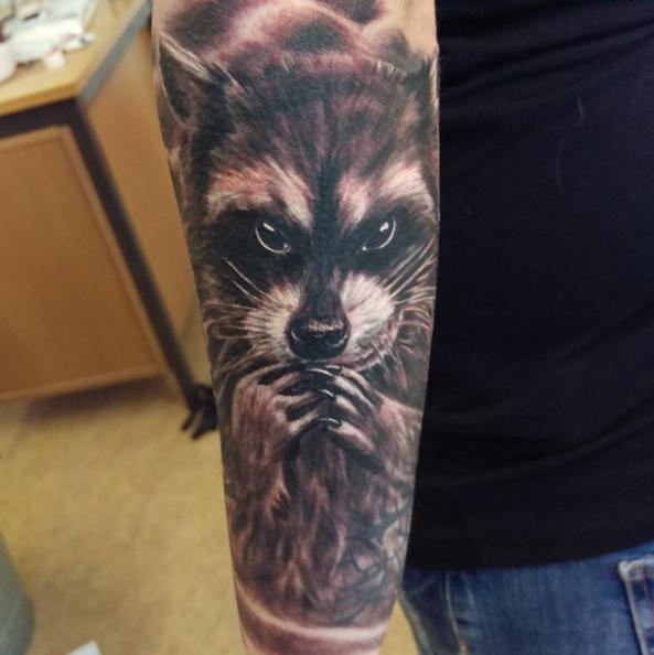 Татуировка енота на пледплечье - еще один вариант