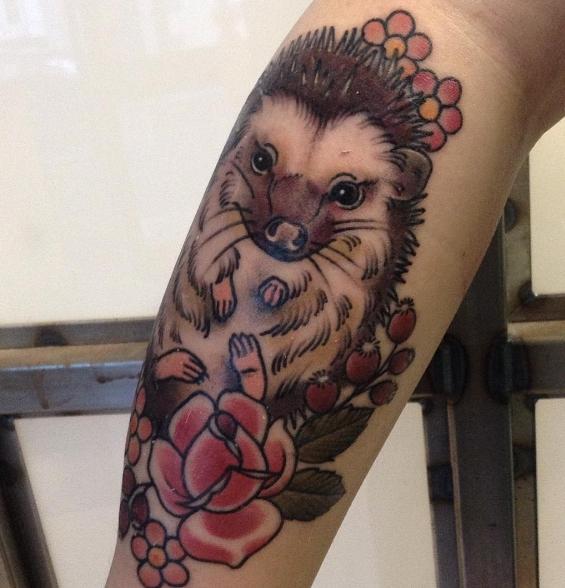 Татуировка ежика с яблоками на ноге