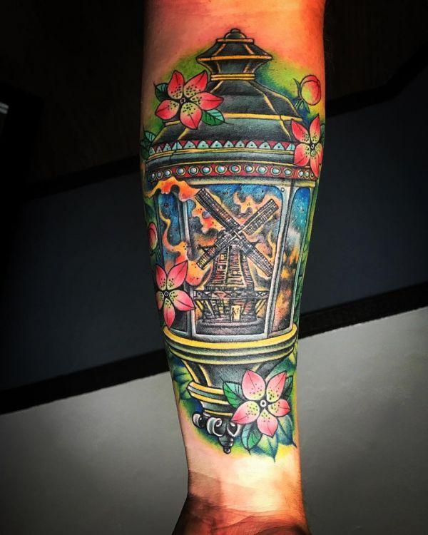 Татуировка фонаря с мельницей
