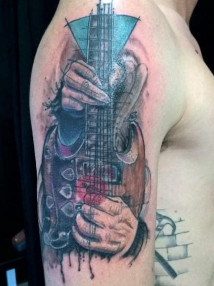 Гитара с руками на плече - татуировка