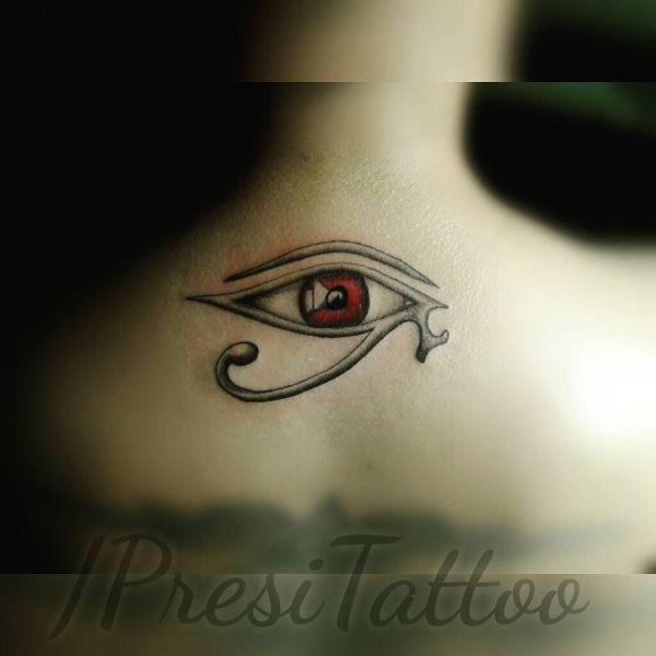 Татуировка Гора Глаз с красным зрачком